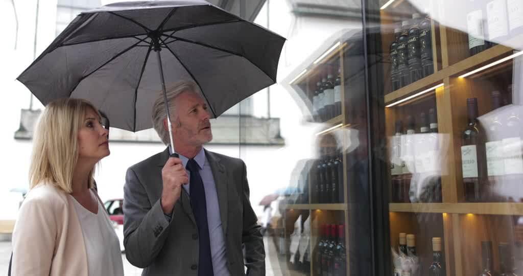 811732431-commerce-de-vin-parapluie-spiritueux-offre