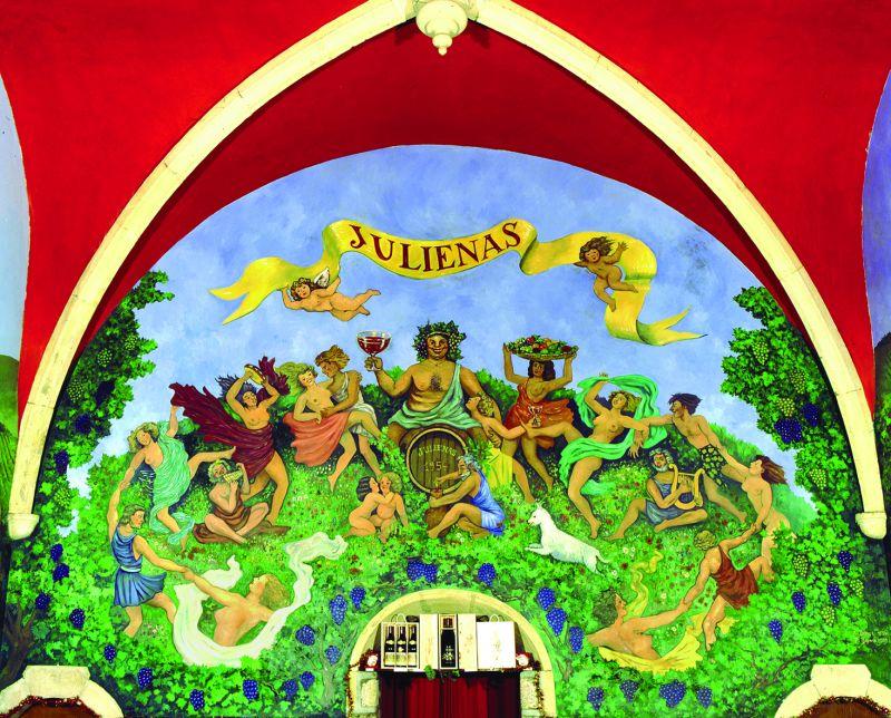 La fresque très paillarde et colorée peinte dans le cellier de la vieille eglise de Juliénas, reconvertie en caveau de dégustation