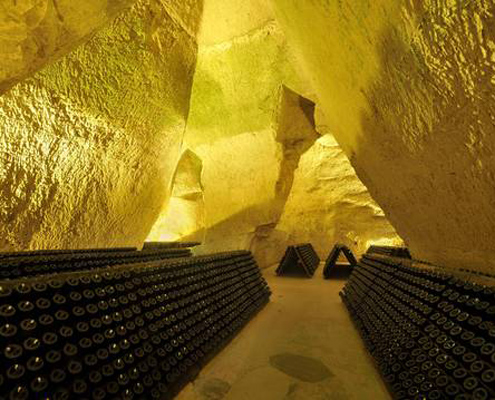 les bouteilles de champagne stockées dans une crayere à Reims en Champagne