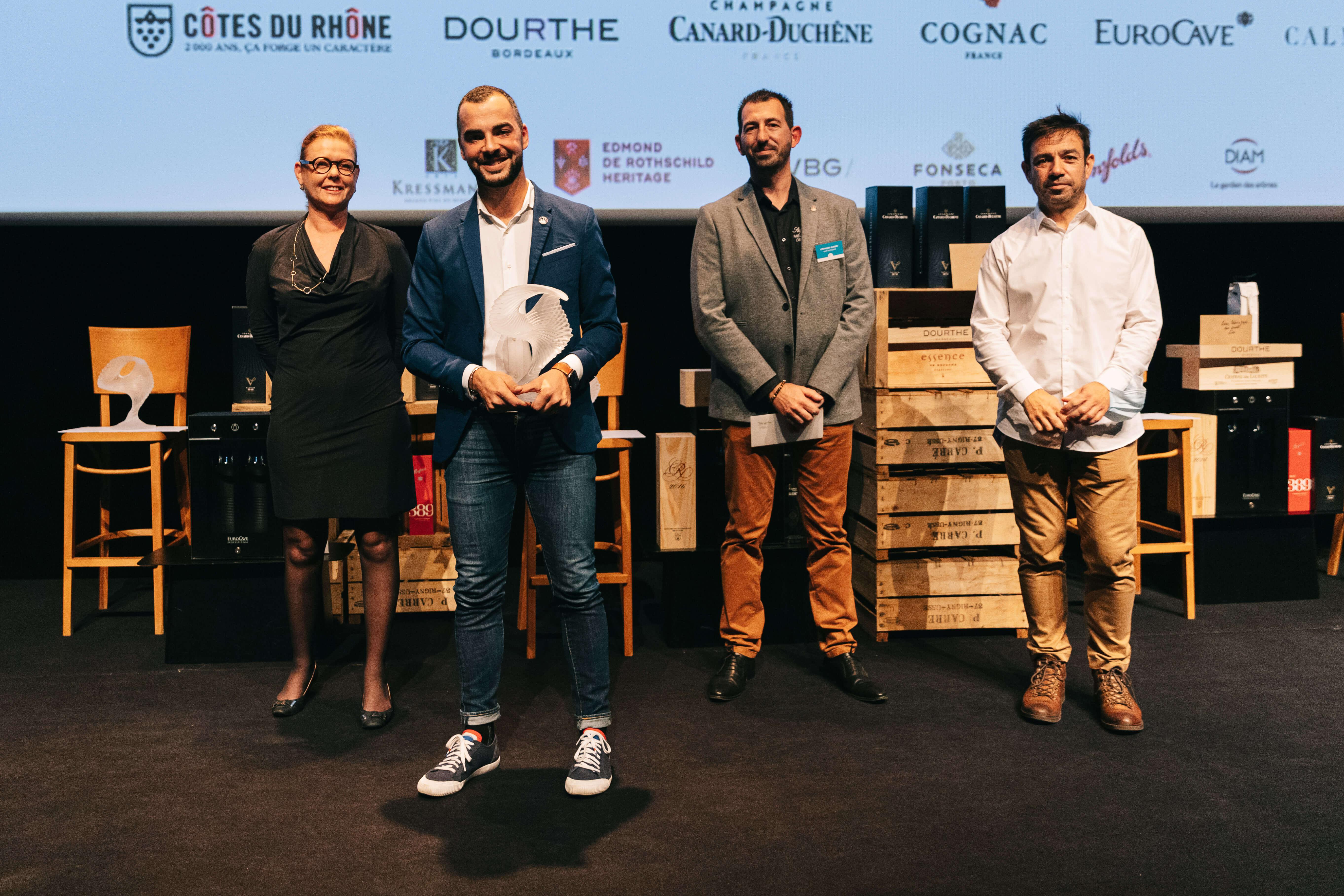 Remise prix Meilleur jeune caviste de France à A. ZAOUK par les partenaires Calmels & Joseph (H van den Akker & J Camps) avec S ALBERTI (MCF 2014) crédit : Solène Guillaud